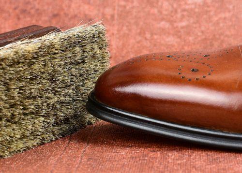 leštící kartáč na obuv, jak leštit kožené boty